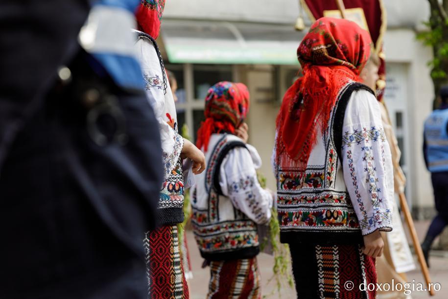 Grup de copii în port tradițional / Foto: Oana Nechifor