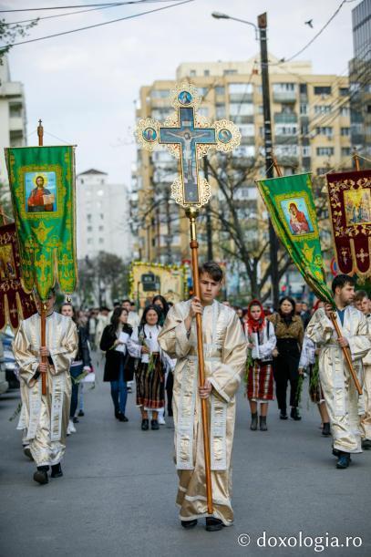 Tineri cu prapuri și cruce în fruntea soborului / Foto: pr. Silviu Cluci