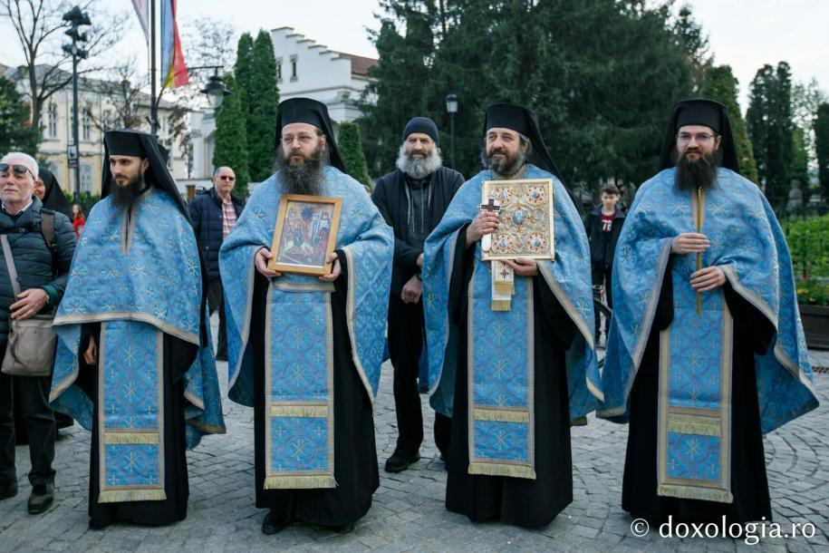 """Obștea Mănăstirii """"Sfinții Trei Ierarhi"""" din Iași / Foto: pr. Silviu Cluci"""