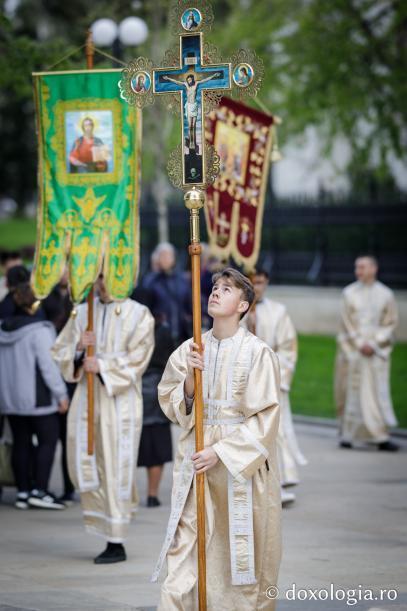 Tineri cu prapuri și cruce în fruntea soborului / Foto: pr. Silviu Cluci / Foto: Oana Nechifor
